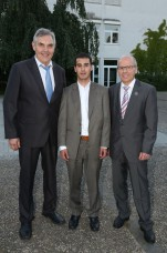 v. l.: Schulleiter Becker, Abdulkadir Yüce, Dr. J. Gradl (Foto: Pfeifer)