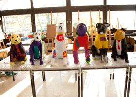 Gruppenbild der sechs Hundeskulpturen