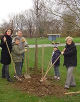 Familie Gleis mit ihrem Baum (rechts A. Sonnenberg)