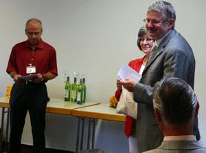 OB Schaidhammer zieht die Gewinner aus den Stimmzetteln