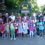 Die Gruppe der Merian-Schule am Eingangstor