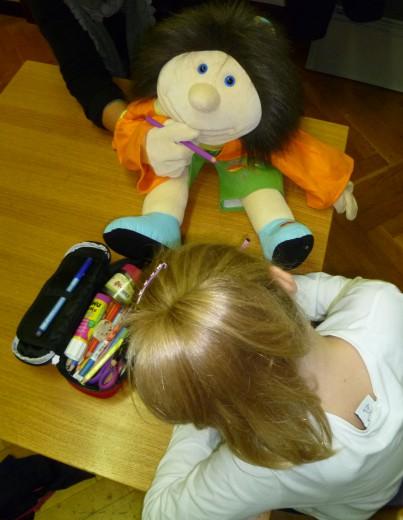 Handpuppe Wilma hilft beim Lesen