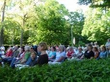Viele begeisterte Sänger im Park