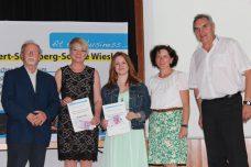 Die Preisträgerinnen mit Dr. Miller (links), ihrer Lehrerin M. Becker und Schulleiter J. Becker